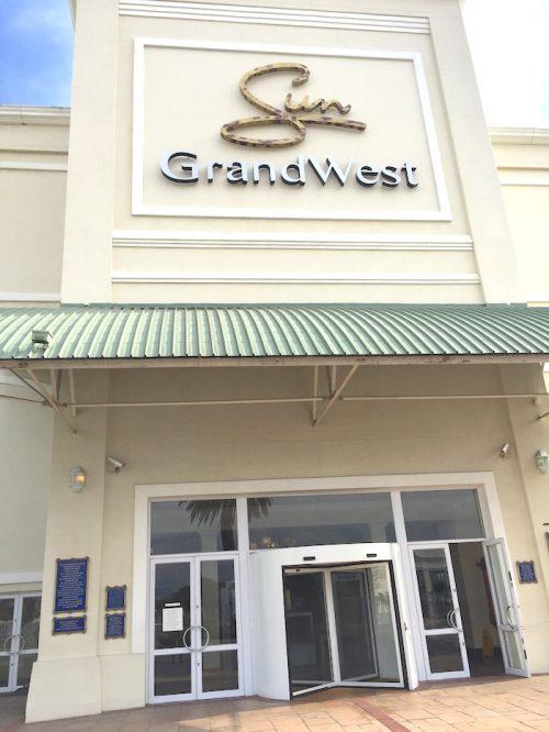 グランドウェストカジノの玄関